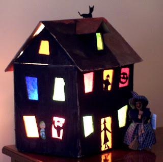 La maison hantée en carton et papier de soie (sur tête à modeler)