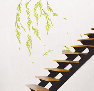 Adesivo de parede decorando corredor e escada