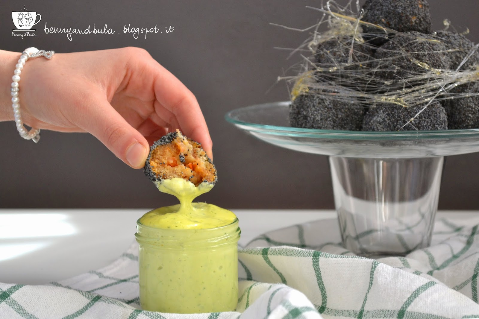ricetta croquembuche salato di panzanella e semi di papavero + maionese al basilico/ savoury salted croquembouche with bread tomato mozzarella and poppy seeds + basil mayo recipe