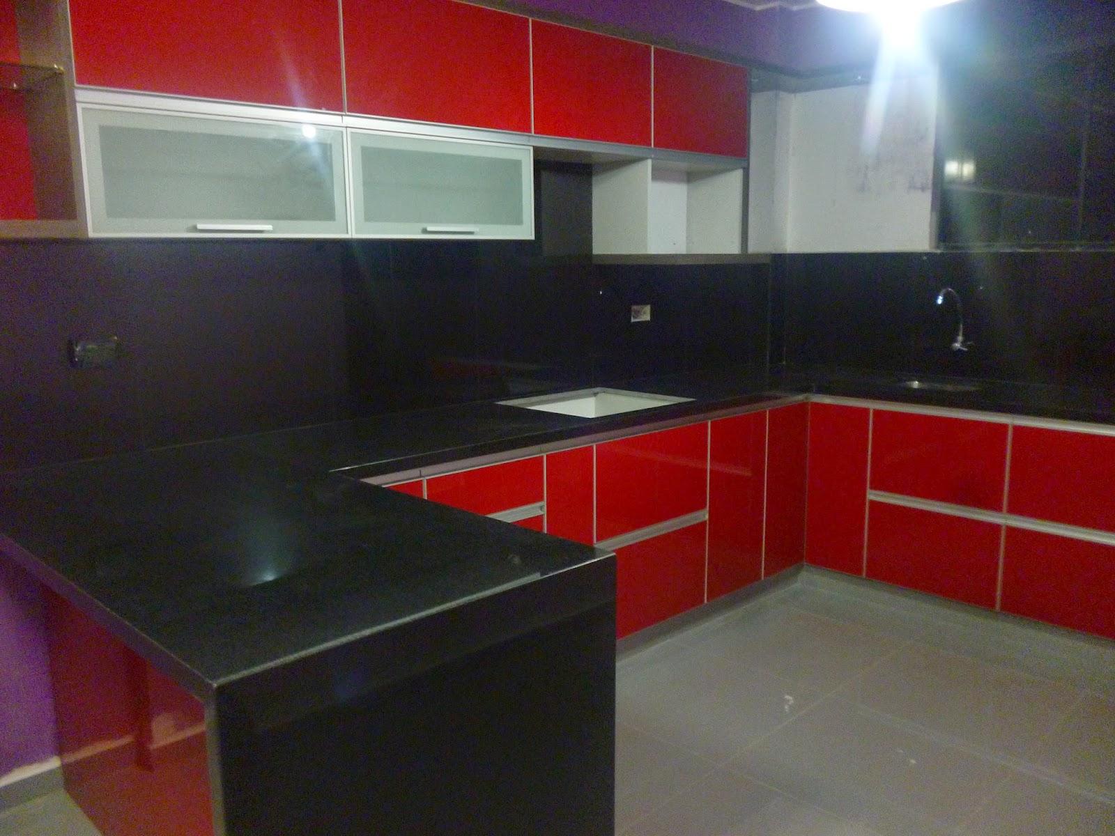 Dise ados organiza tu espacio cocina moderna con puertas for Marmol negro para cocina