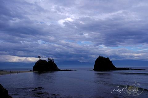 Amazing rock formations and islets in Baler Aurora