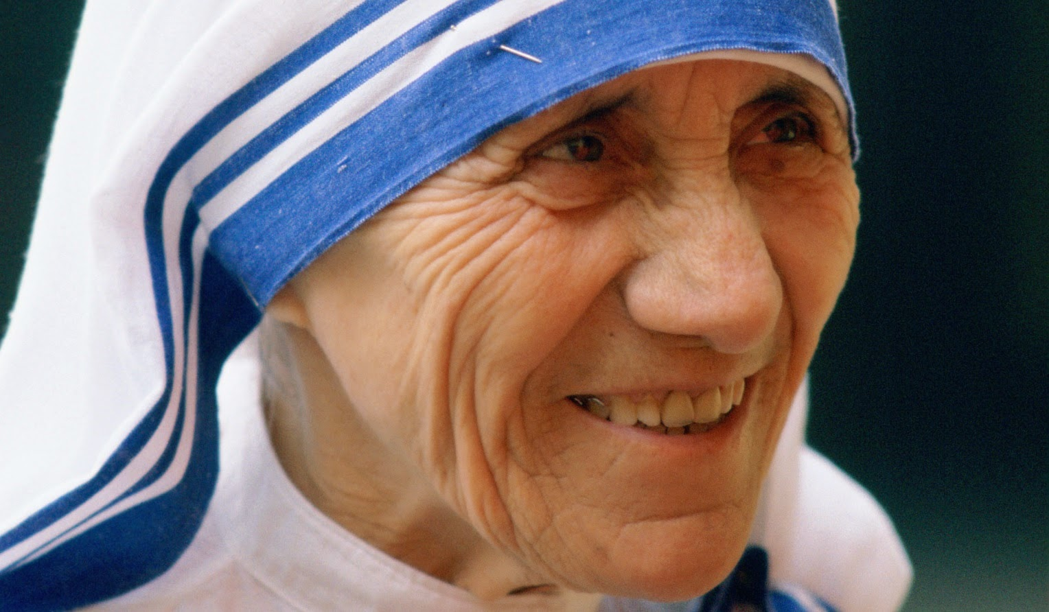 article on mother teresa helping the poor A saintly nun embraces india's poor teresa of the slums her allegiance to india's poor, mother teresa feeds a dedicated to helping the poor.