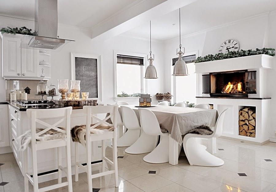 wystrój wnętrz, home decor, wnętrza, urządzanie mieszkania, scandi, nordic, styl skandynawski, święta, Boże Narodzenie, dekoracje świąteczne, białe wnętrza, biała kuchnia, jadalnia, kominek, stół