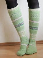 http://www.todomanualidades.net/2015/06/como-hacer-medias-con-un-viejo-sweater/