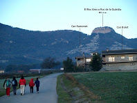 El camí passa per davant de Can Bolet i Can Ramonet