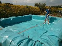 Como hacer una piscina con una lona y fardos de heno