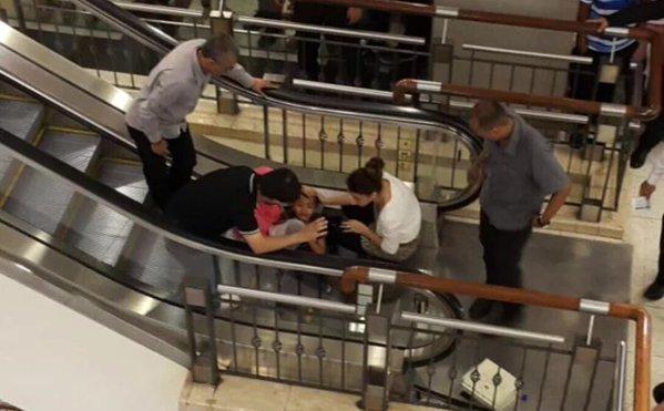 Kaki Kanak-Kanak Terperangkap di Eskalator Pusat Beli Belah Terkemuka di Kuala Lumpur