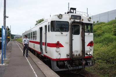 津軽線津軽二股駅に停車するキハ40