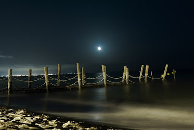 صوره القمر , القمر فوق البحر ,