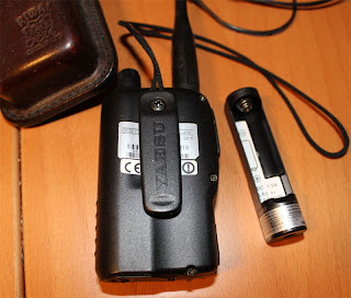 Baksidan med ett bältesclip. Och den extra batterihållaren som kan användas när det ordinarie batteriet tar slut.