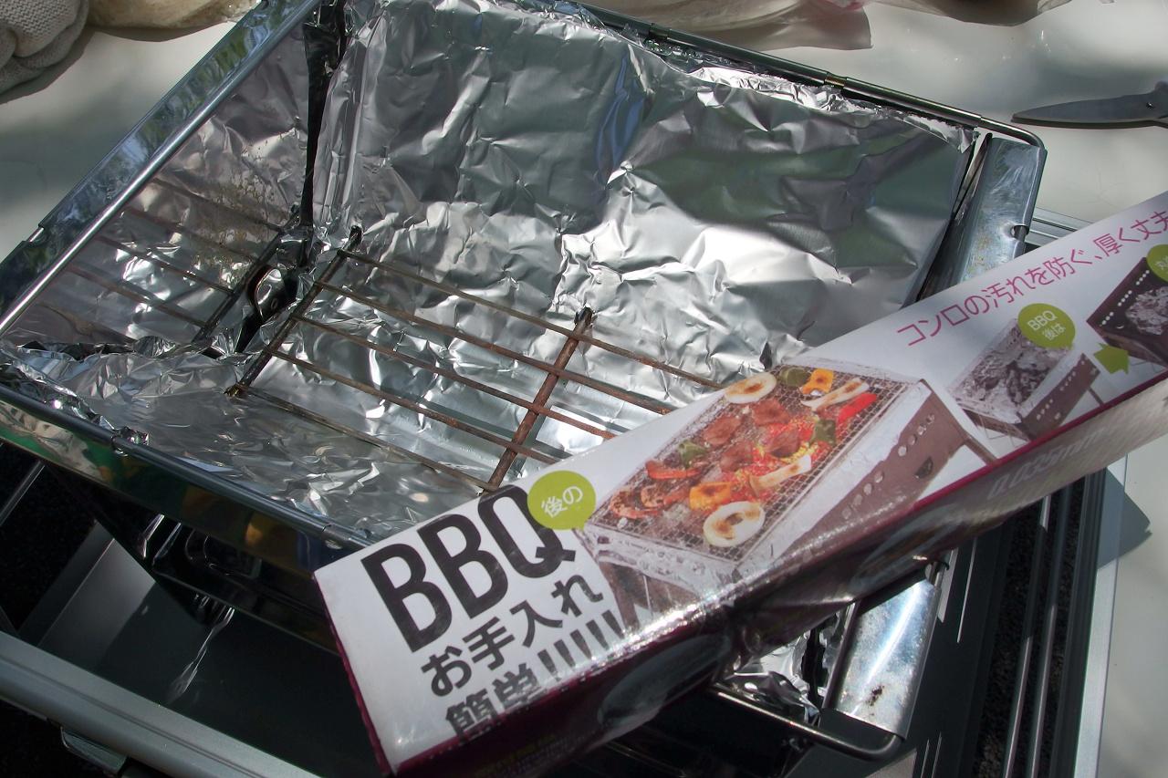 その前にフォールディングBBQコンロ(F,2527)にBBQ後のお手入れ簡単圧口アルミホイルを下に敷いておく。これで炭火を片付けるのも楽だしグリル内も脂で汚れないのだ。