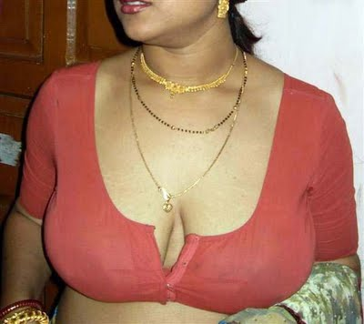 Desi Housewife showing her big boobs indianudesi.com