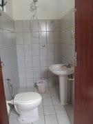 Banheiro da área de lazer com 2 portas: para o salão e para a sauna