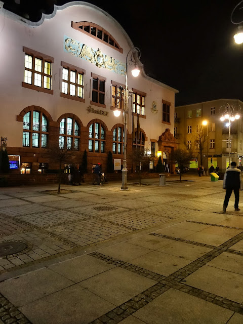 BGŻ przy ulicy Sienkiewicza w Kielcach nocą