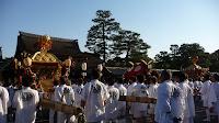 復活して3年目、御霊祭の神輿は高々と差し上げられた