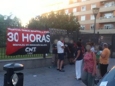 http://www.facebook.com/pages/Anarquistas/378066755607147    Fotos y crónica de la concentración por las 30 horas semanales sin reducción salarial El Sindicato de Oficios Varios de Cádiz ha secundado la campaña anarcosindicalista por la jornada de 30 horas con una concentración en la avenida Ana de Viya. La jornada de 40 horas fue conseguida en España en 1919 con la huelga de la Canadiense, cuando los anarcosindicalistas hicimos de nuestro país el primero en conseguir ésta reivindicación histórica de la clase obrera.  Pero el deterioro de nuestras condiciones de vida y trabajo ha alcanzado a la jornada laboral. La unión y la acción nos permitieron conseguir la jornada de 40 horas junto a otras conquistas sociales, que poco a poco han sido traicionadas por dirigentes políticos y sindicales, que son nuestros enemigos y no nos van a dar ni agua. Porque negarnos el trabajo es como negarnos el agua o el aire. La libertad no se da, se toma. Si no nos unimos para tomar lo que es nuestro, el derecho al trabajo, todos podemos vernos en la cola del paro, trabajando gratis o incluso pagando por trabajar, como proponen algunos avispados empresarios a jóvenes desesperados.  La única alternativa para sobrevivir es luchar por la jornada de 30 horas. Los trabajadores vamos a sobrevivir a los explotadores. Las 30 horas no han de ser una reivindicación aislada, sino el camino a la liberación de la clase trabajadora, la liberación de nuestro tiempo y de nuestra vida. Exigimos la jornada de 30 horas semanales sin reducción de salario, sin reducción de derechos, sin horas extras, sin destajos, sin aumento de la edad de jubilación. Y lo exigimos porque es la forma directa de terminar con el paro, porque pedir las 30 horas es pedir el reparto del trabajo y la riqueza, es pedir justicia social.  JORNADA DE 30 HORAS SIN REDUCCIÓN SALARIAL TRABAJAR MENOS PARA TRABAJAR TODOS  Fotos y crónica de la concentración por las 30 horas semanales sin reducción salarial El Sindicato de Oficios Varios d