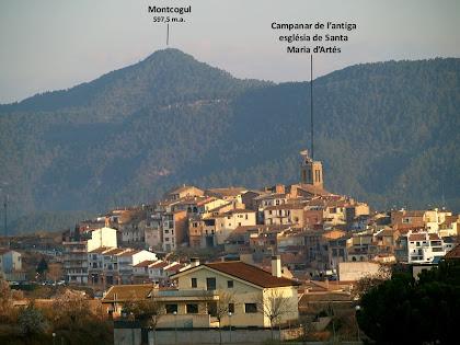 Artés amb el campanar de l'antiga església de Santa Maria i al fons el Montcogul