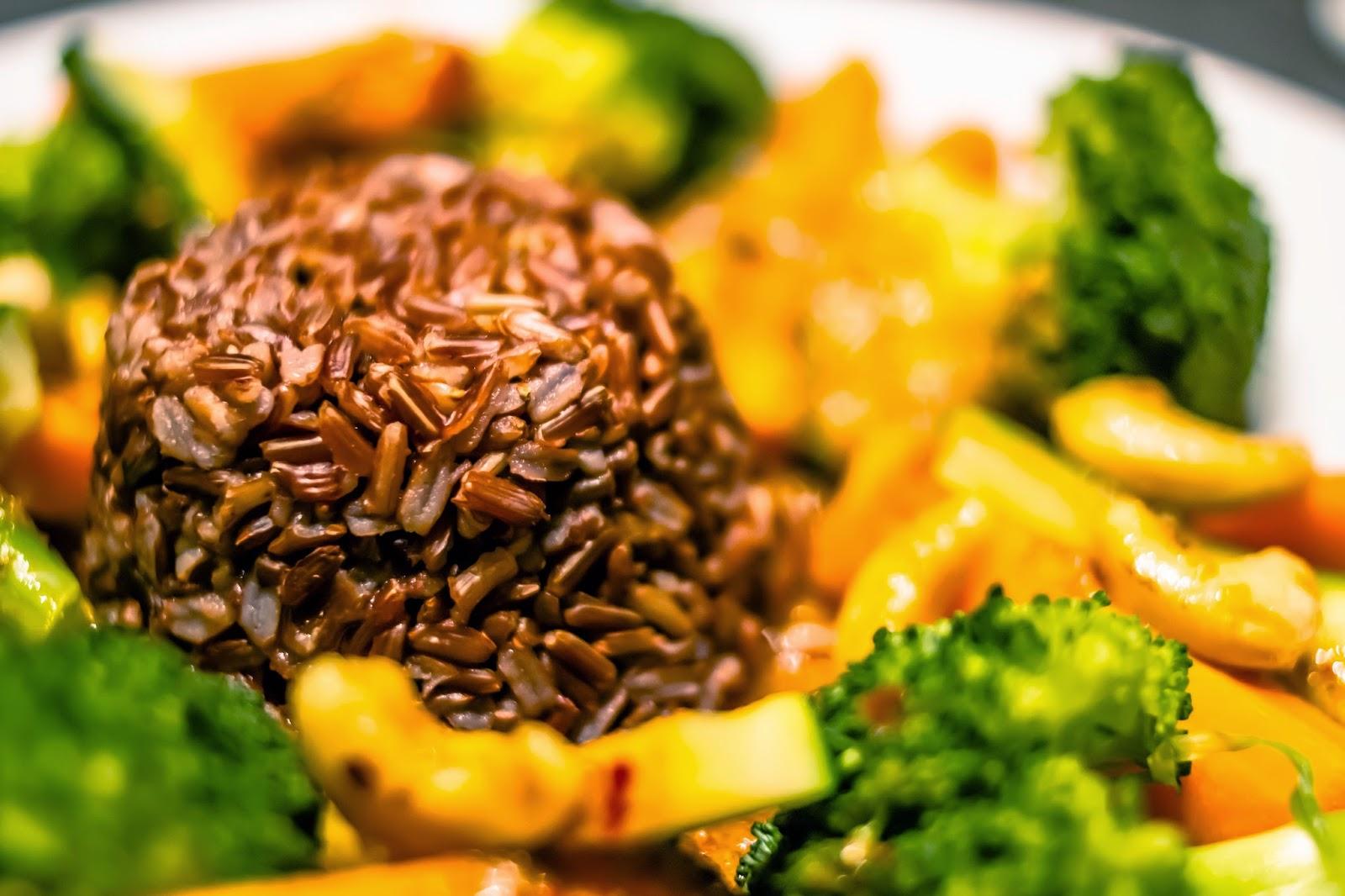 Gemüsecurry mit Karotten, Brokkoli, Zucchini und rotem Jasminreis