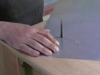 Cortando chapa metálica con la caladora de mesa. www.enredandonogaraxe.com
