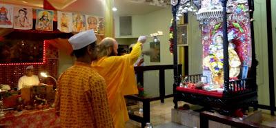 Devotees of Kripaluji Maharaj do aarti to Hanuman Ji