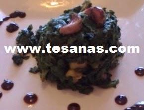 Timbal de espinacas y piñones con aceite de oliva.