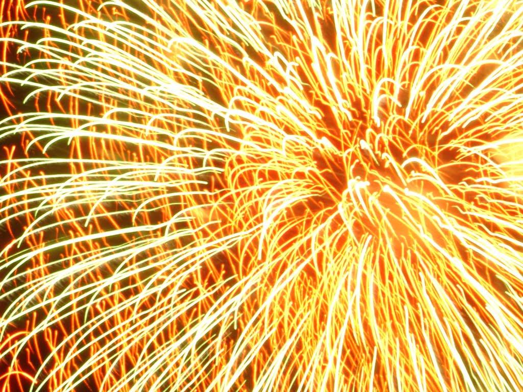 http://2.bp.blogspot.com/-U_aaDtlXy94/TcBKxqKxxDI/AAAAAAAADaI/JW5Vj1XiKQg/s1600/Fireworks-wallpaper.jpg
