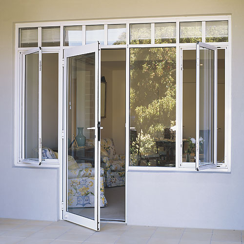 Jendela berbahan kayu yang sering kita jumpai. Terkecuali untuk pintu ...