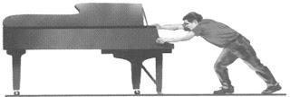 Seseorang mendorong sebuah piano