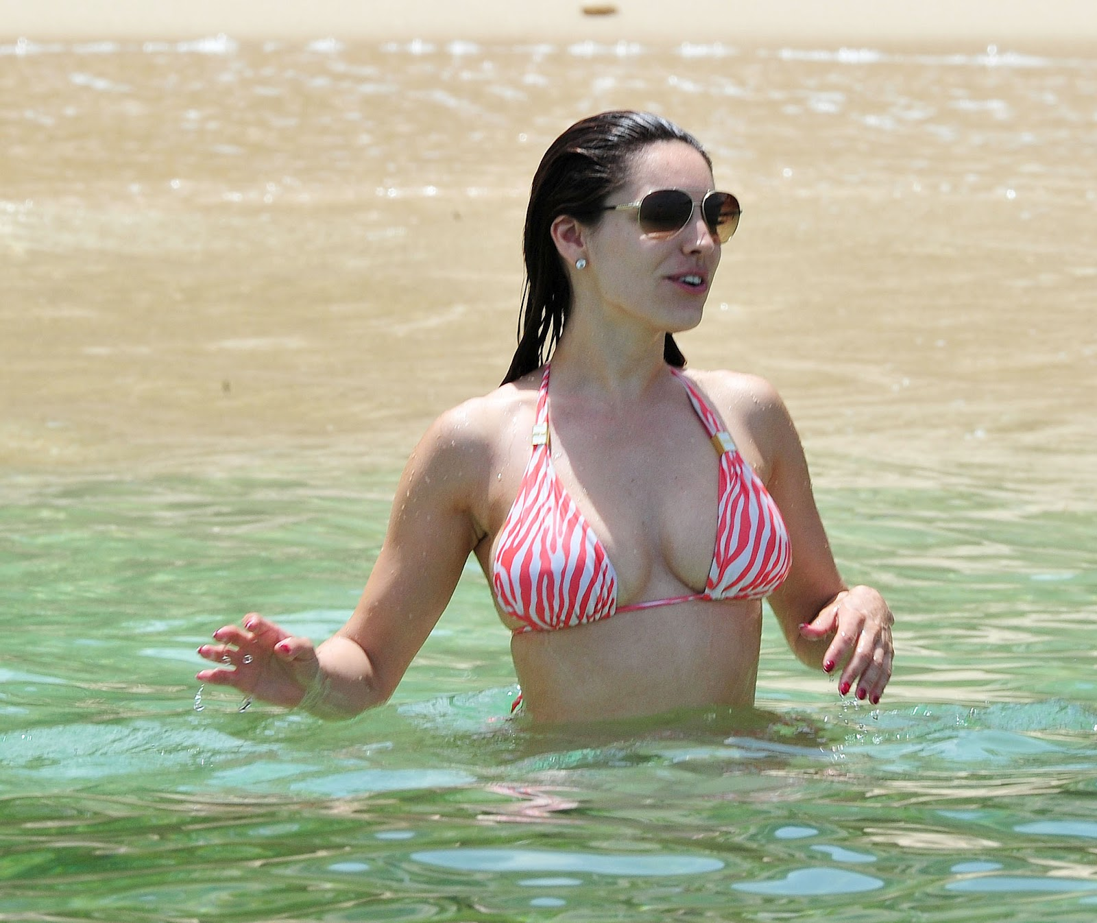 Kelly Brook in Patterned Bikini on the beach in Thailand Pic 4 of 35