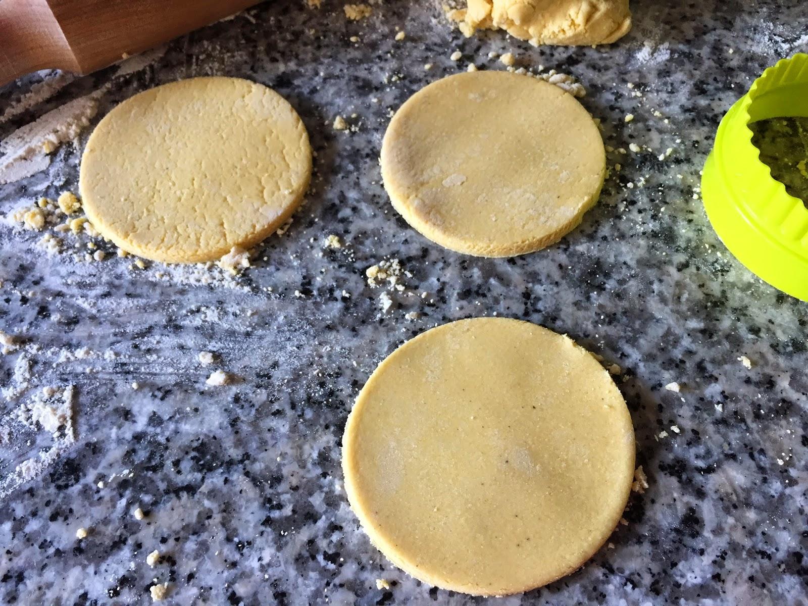Pastel azteca, dando forma a las tortillas.