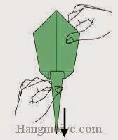 Bước 8: Lấy hai tay cầm hai đầu tờ giấy, kéo ngược phía nhau