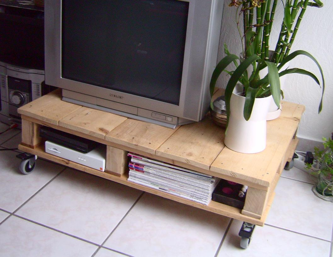 Mesa plataforma para TV, con palets reciclados
