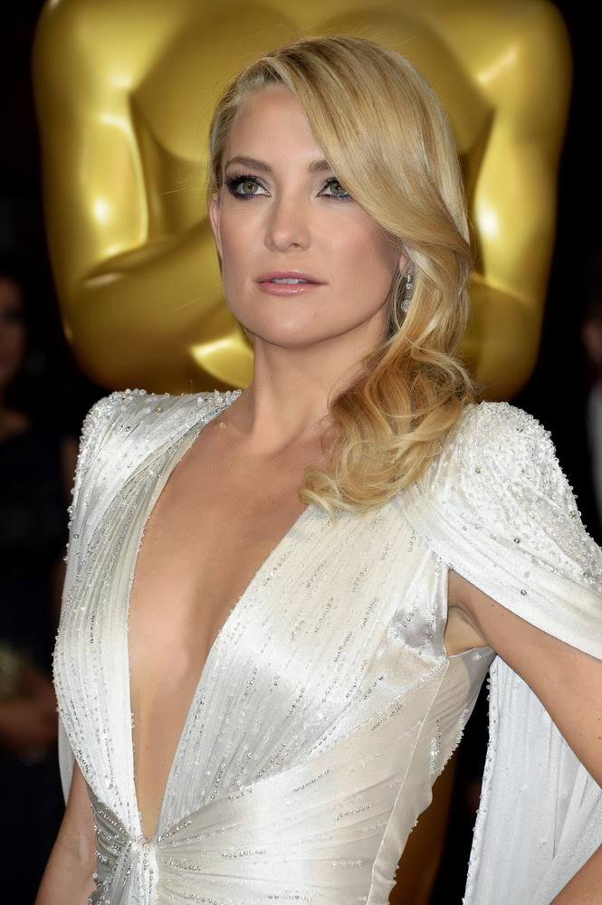 Kate Hudson Wears her hair in hollywood waves swept to the side on the red carpet