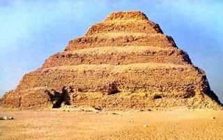 Piramide escalonada del Rey Djoser en saqqara. Son seis mastabas una arriba de la otra. Egipto a tus pies. Piramide escalonada. Arquitectura egipcia. Cultura egipcia. Egipto