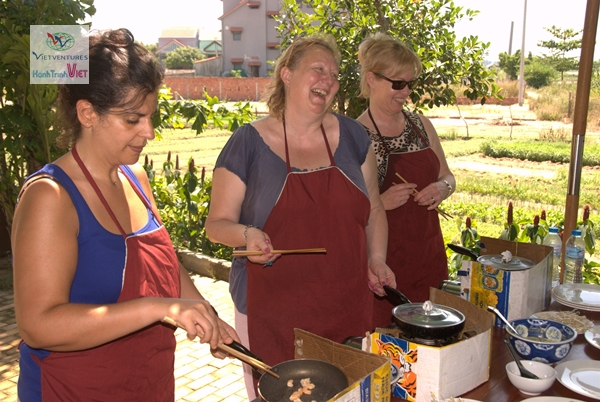 Tourists are enjoy Vietnamese cooking class in Tra Que, Hoian - Photo Phuong Bui