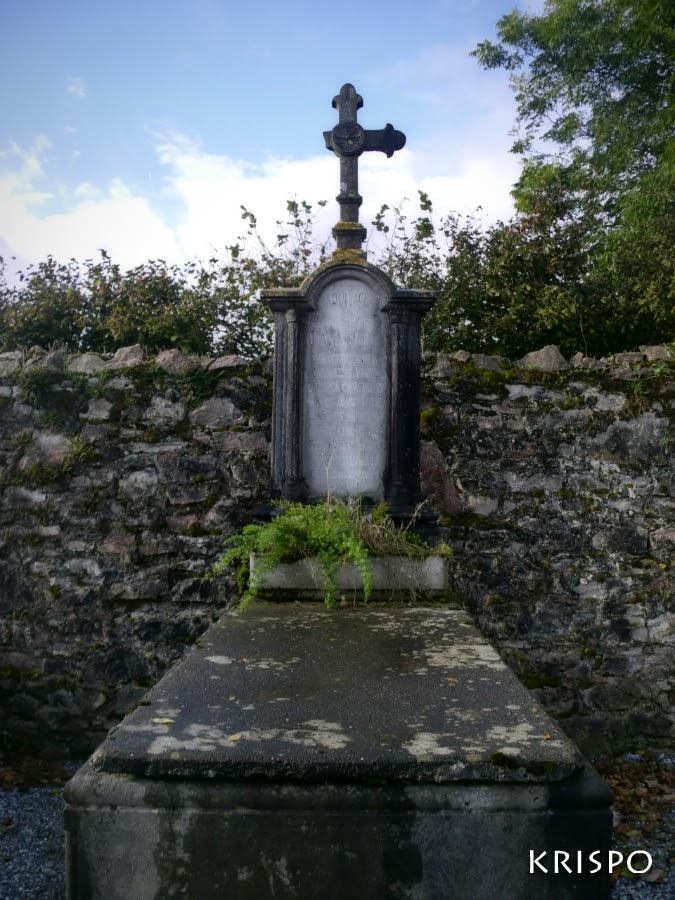 tumba con la cruz rota y flores