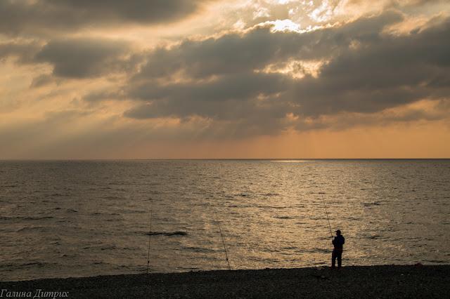 Рыбак на берегу Черного моря