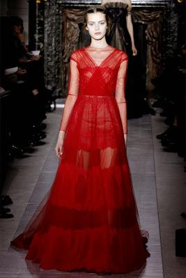 robe rouge du défilé Valentino printemps été 2013. Robe somptueuse rouge transparente, sexy e féminine. Robe longue de cérémonie canne, portée par une belle mannequin lors de la fashion week haute couture milan paris