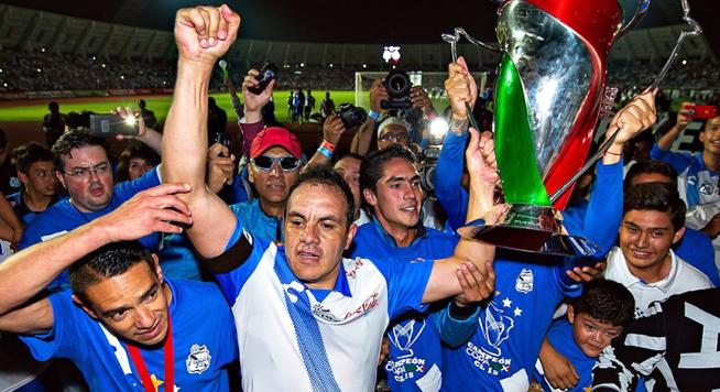 Cuauhtémoc Blanco, jugador mexicano alzando el trofeo de la Copa MX, en la Final de la misma entre el Puebla y las Chivas del Guadalajara. Puebla ganó el partido 4-2 | Ximinia