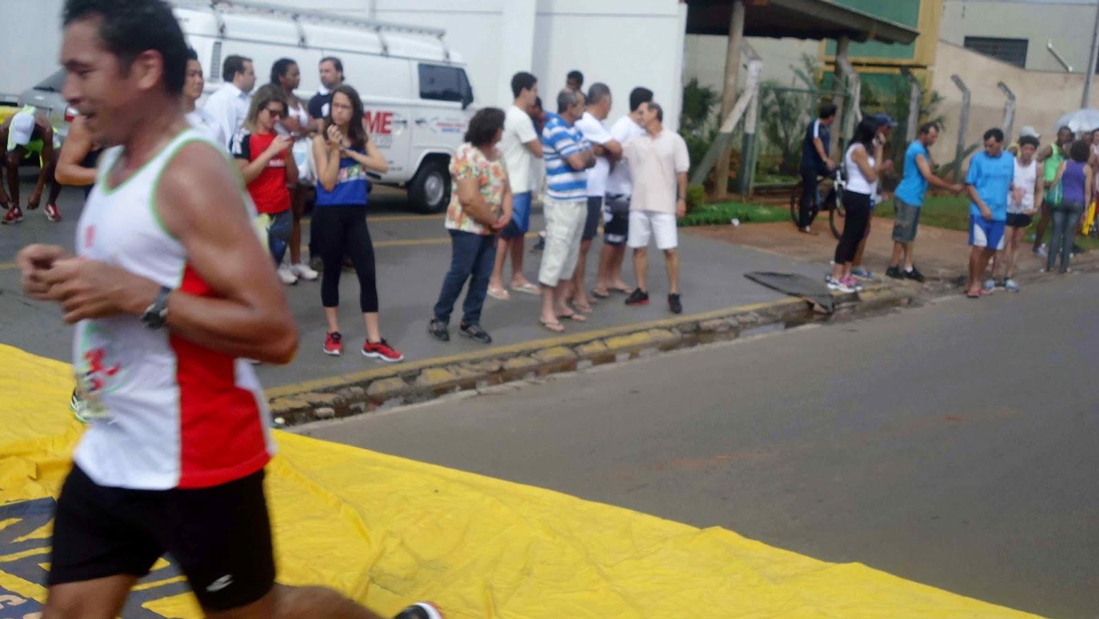 Foto 155 da 1ª Corrida Av. dos Coqueiros em Barretos-SP 14/04/2013 – Atletas cruzando a linha de chegada