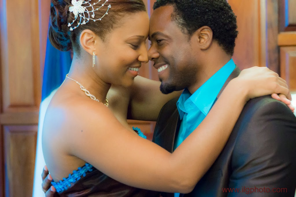 Mariage de Steffy et Manuel: les mariés s'enlacent