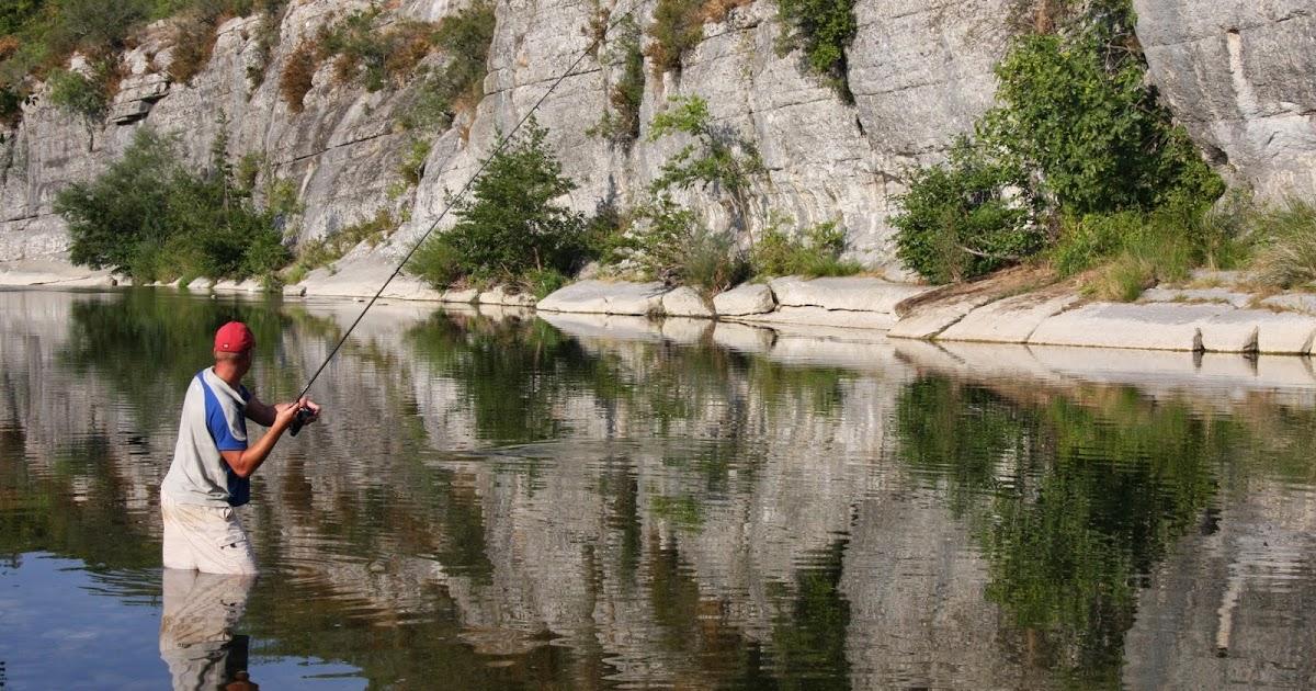 La pêche sur la rivière de lembouchure à dArkhangelsk