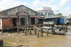Market at Bình Khánh ferry wharf