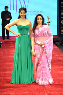 Hema Malini & Sonam Kapoor at IIJW 2012 inauguration photos