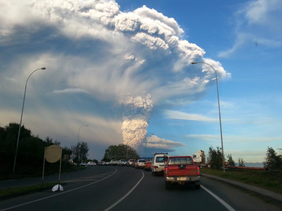 Núi lửa Calbuco phun trào nhìn từ thành phố Puerto Varas, nước Chile vào ngày 22/4 vừa qua. Tác giả : Aeveraal.