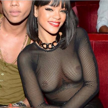 Rihanna mostra os seios em Paris