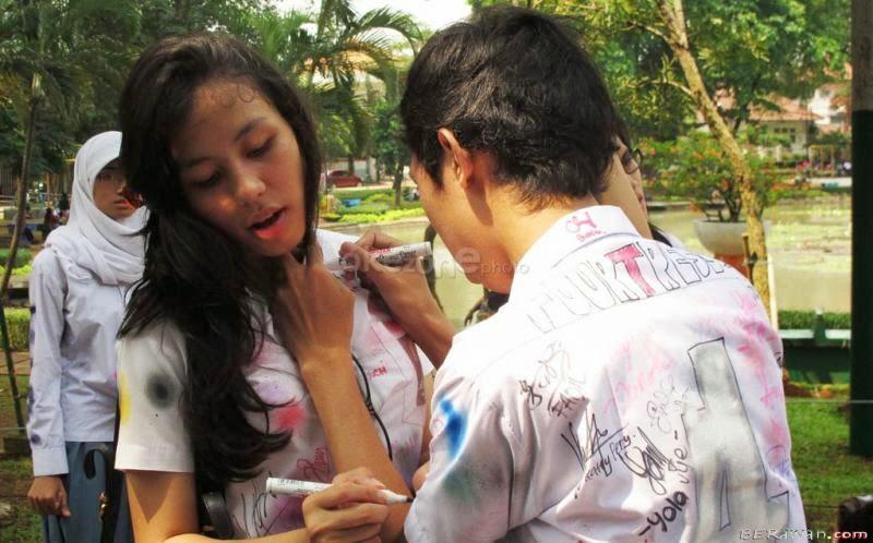 foto ciuman sambil pegang payudara - Toket Montok SMP