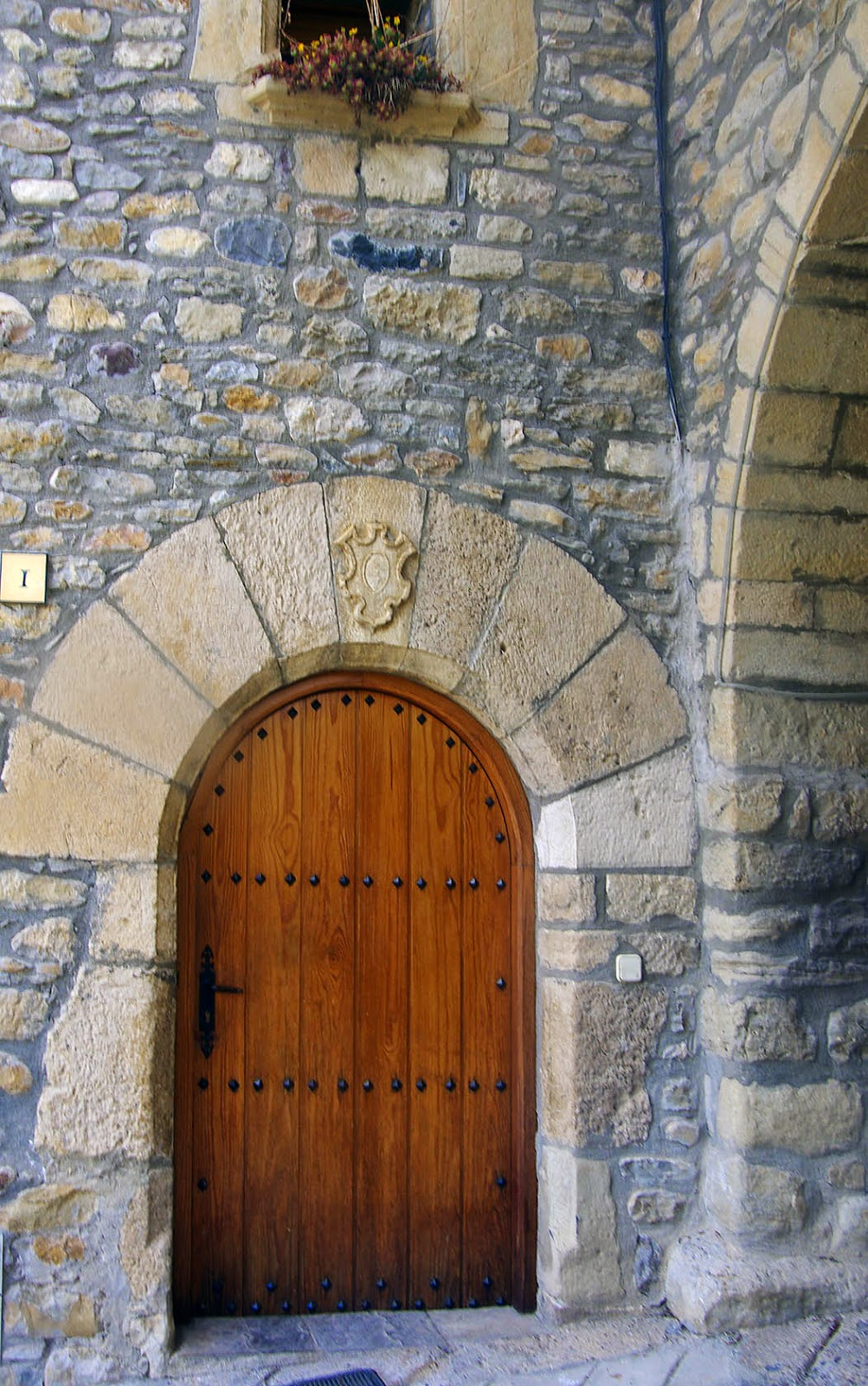 Entusiasco puertas en la calle mayor de la puebla de roda for Las puertas de piedra amazon