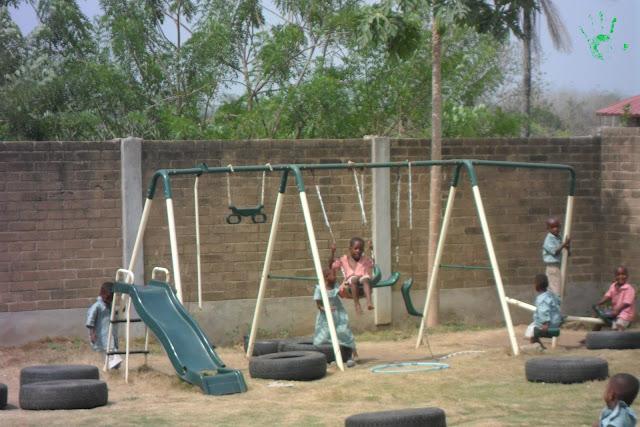 Bambini che giocano nella scuola della missione di Atchanvé, Togo, Africa