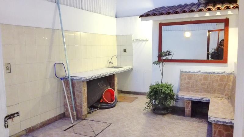 Linda y espaciosa casa con piscina en mayorazgo la molina for Construccion de piscinas en lima